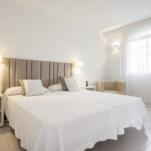 Disabled accesible room hotel ilunion menorca cala galdana